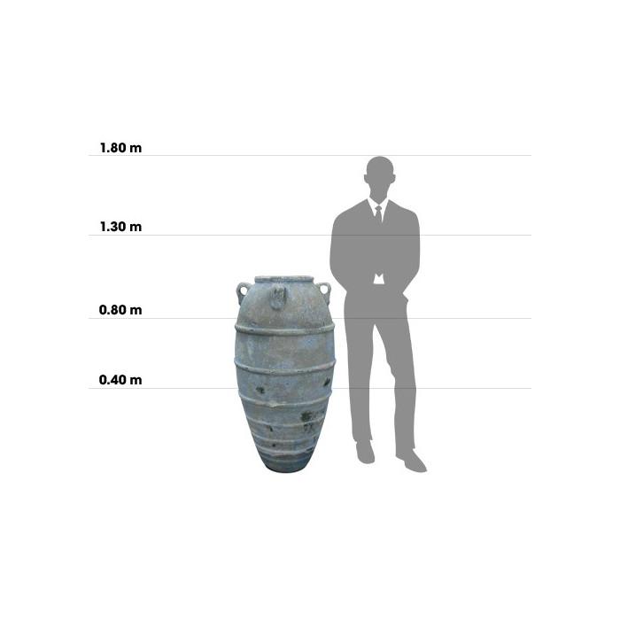 Taille d'une poterie kos jar small comparée à la taille d'un homme