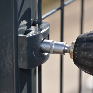 Fixation sur poteau clôture rigide gris 1,73m