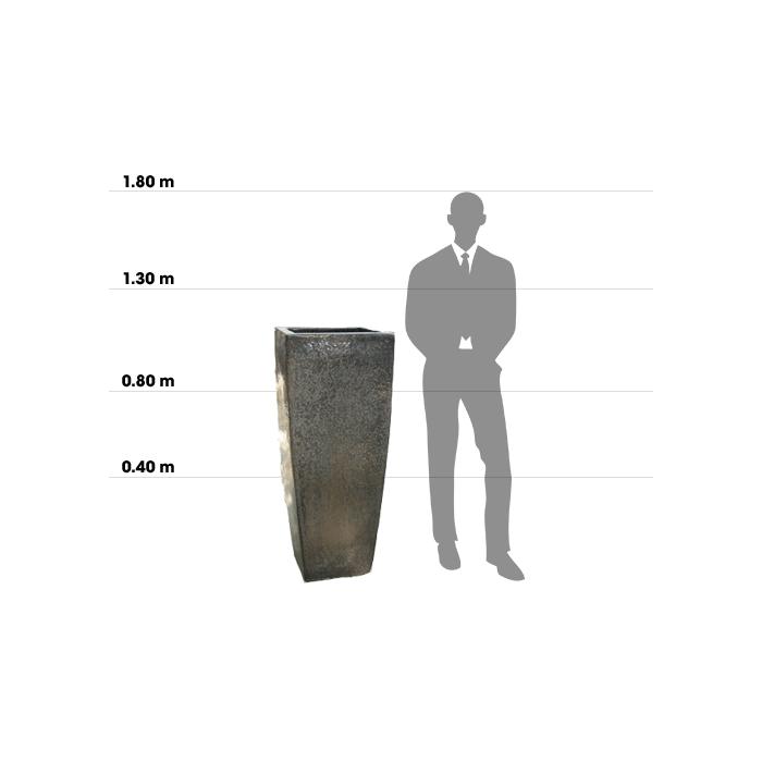 Taille d'une poterie Tall Wedge Large comparée à la taille d'un homme