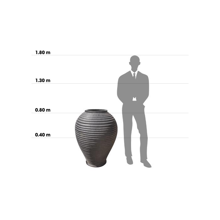 Taille d'une poterie Adobe Jar comparée à la taille d'un homme