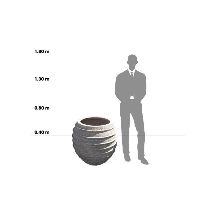 Taille d'une poterie Honey Spoon Jar comparée à la taille d'un homme