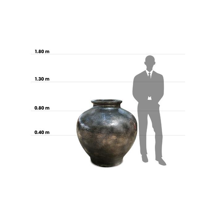 Taille d'une poterie Shangri La Jar (BRONZE) comparée à la taille d'un homme