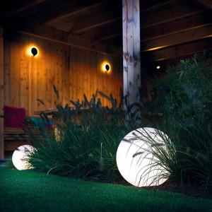 Exemple d'aménagement extérieur avec boule lumineuse led Garden Lights