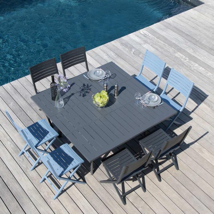Ensemble de jardin - table Barcelona 100/145 cm grise - 8 chaises Lucca cobalt - 8 personnes - Aménagement coin repas terrasse
