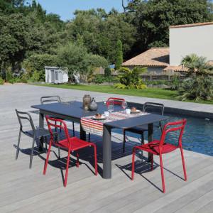 Ensemble de jardin - table EOS 180/240 cm graphite - 6 chaises EOS rouges - 6 personnes - Aménagement coin repas terrasse