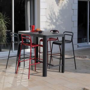 Ensemble de jardin - table haute EOS 140 cm graphite - 4 chaises EOS rouges - 4 personnes - Aménagement coin repas terrasse