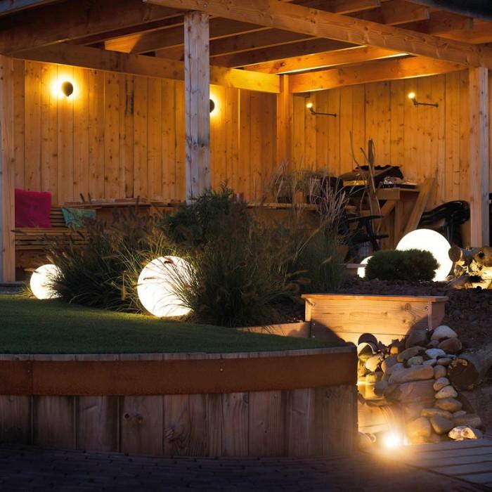 Exemple d'aménagement extérieur  avec boule lumineuse LED multicolore de jardin