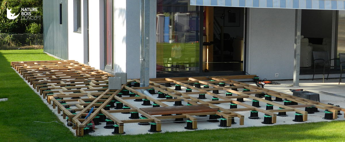 en place des plots PVC réglables et des lambourdes en bois exotique