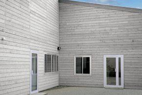 façade en bois gris naturel