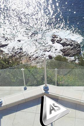 vue sur garde corps en verre de protection au bord d'une falaise