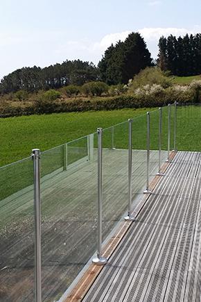 gardes corps de protection en verres solides près d'une terrasse