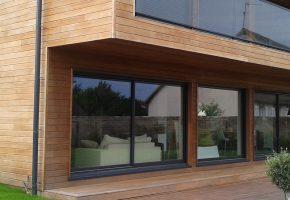 belle maison avec terrasse et façade bardage