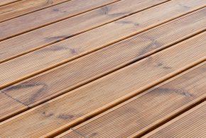 terrasse en lames d'essence de bois résineux