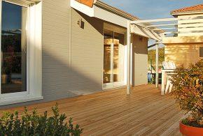belle terrasse en résineux avec jardin et salon extérieur