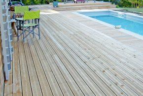 terrasse résineux au bord d'une piscine
