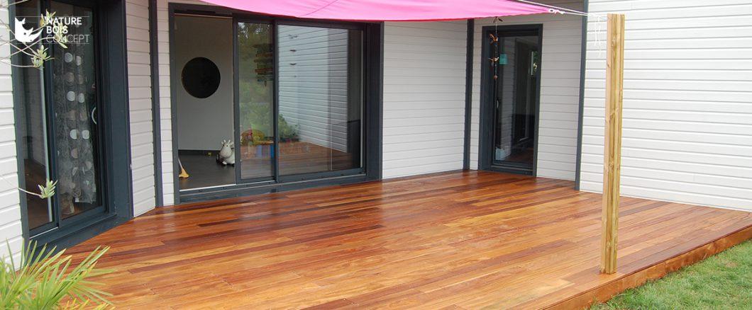 belle terrasse en bois exotique avec abri