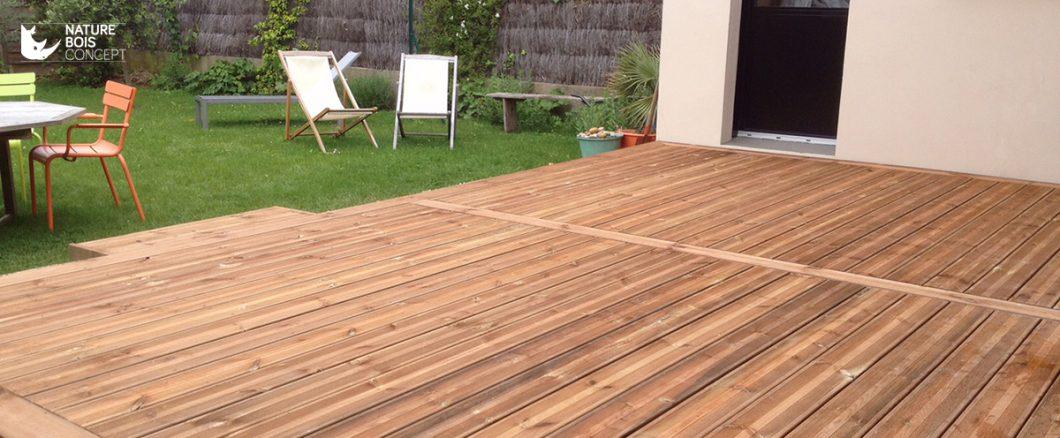belle terrasse en bois résineux avec jardin