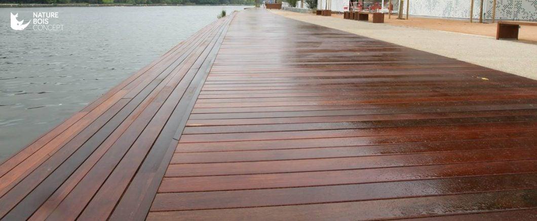 fixations invisibles sur terrasse bois le long de la plage