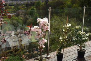 vue sur terrasse de bois suspendue