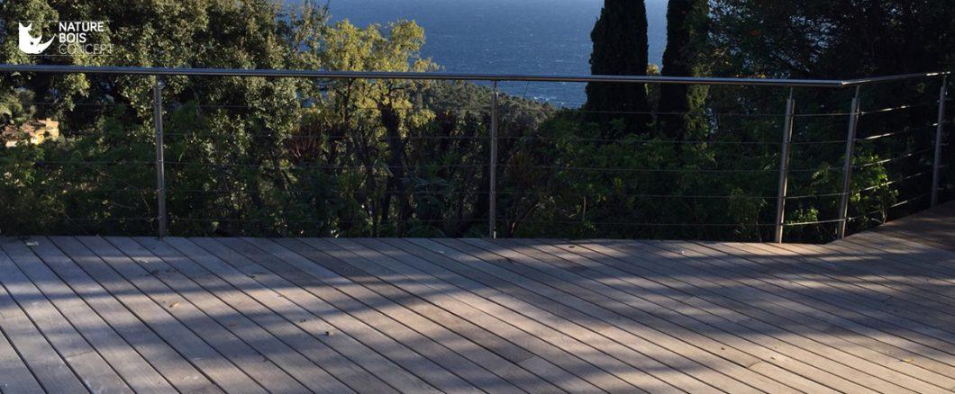 vue sur une terrasse en bois résineux frêne