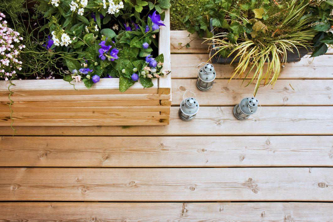 Terrasse fleurie et garnie de plantes.