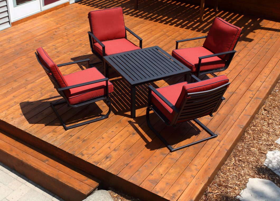 salon de jardin pour agrémenter une terrasse bois.