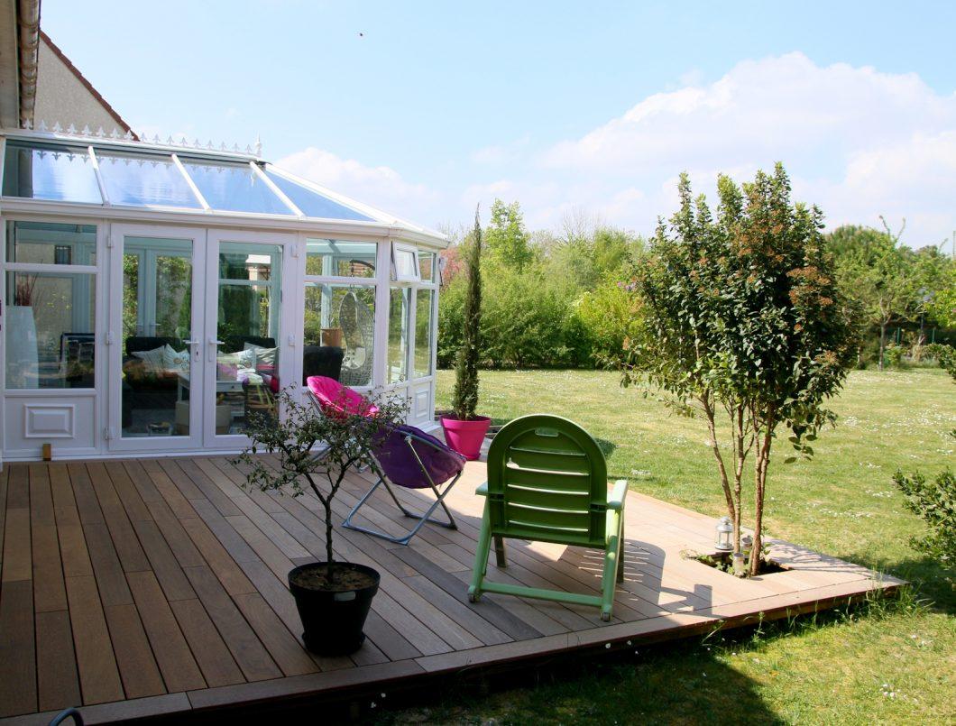 terrasse avec arbuste.