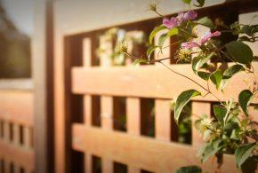 Clôture en bois ajourée et fleurie