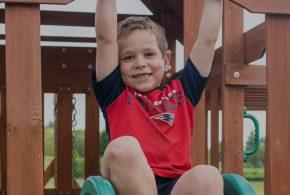 Enfant dans cabane bois