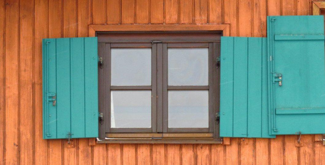 Abri de jardin en bois avec fenêtre