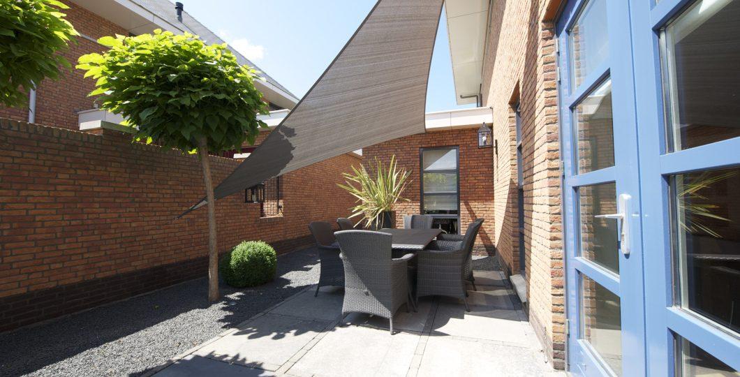 Installation voile ombrage triangle terrasse