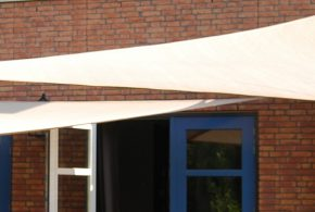 Installation voiles ombrage triangle terrasse