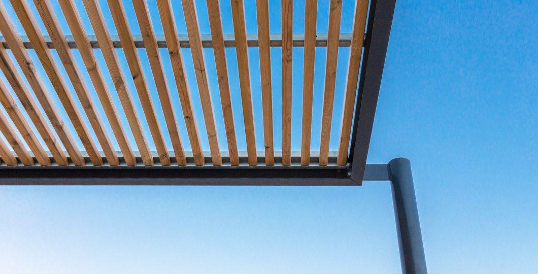 Pergola bioclimatique aluminium lames persiennes orientables bois