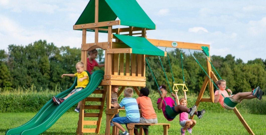 Aménagement aire de jeux en bois avec toboggan et balançoires - Belmont - Backyard Discovery