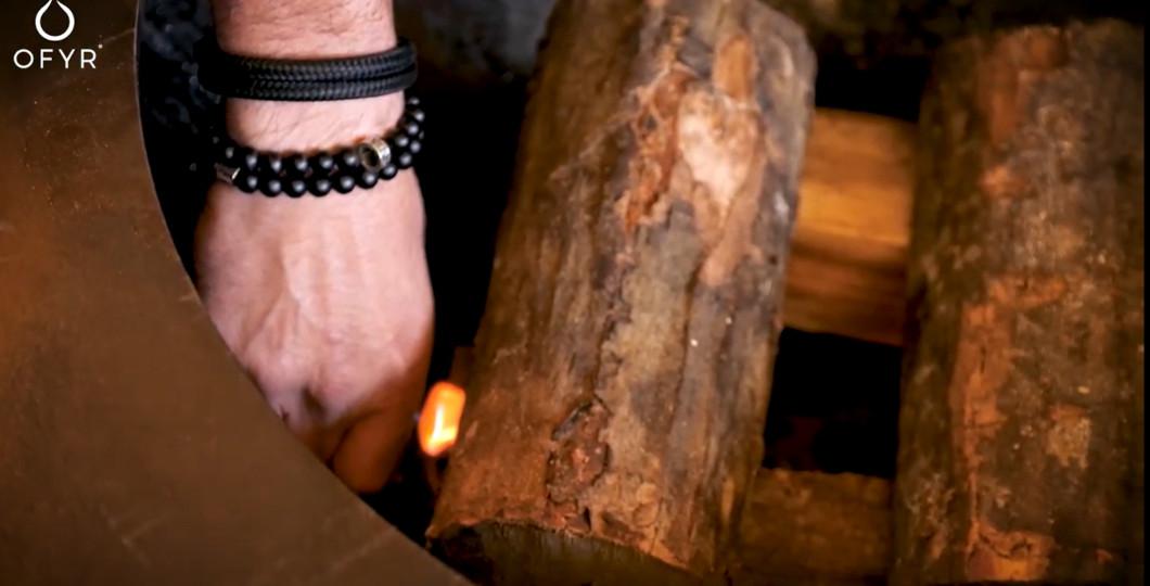Allumage Ofyr avec bûches de hêtre et allume-feux