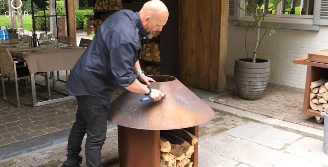 Nettoyage vasque acier corten avec brosse acier