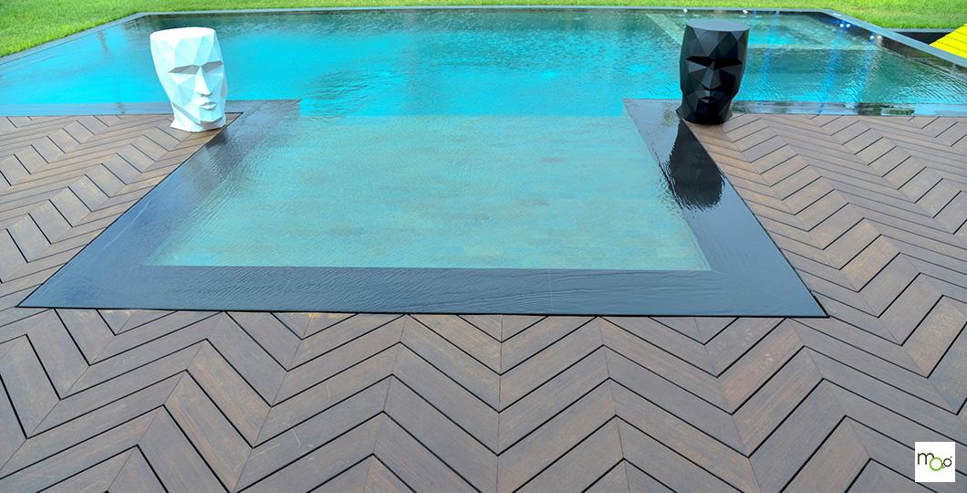 Aménagement original de terrasse en bord de piscine avec lames bambou MOSO X-TREME